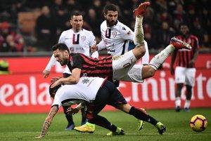 El turco Hakan Calhanoglu (arriba) del AC Milan choca con el defensor italiano de Cagliari, Luca Ceppitelli, durante el partido de la Serie A, disputado en el Estadio San Siro de Milán.