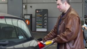 Ir a echar gasolina cuesta esta semana un poco menos que la pasada.