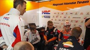 Puig, en el box de Honda con Lorenzo y su equipo técnico