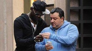 El agente Mino Raiola junto a Mario Balotelli