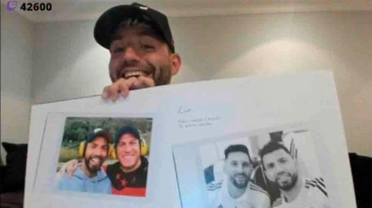 Agüero enseña su regalo de cumpleaños con la felicitación de Messi