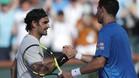 El argentino Federico Delbonis felicita a Federer tras pasar ronda