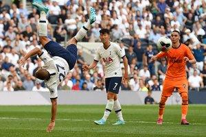 El brasileño del Tottenham Hotspur Lucas Moura (L) no tiene éxito con este intento de patada aérea durante el partido de fútbol de la Premier League inglesa entre el Tottenham Hotspur y el Newcastle United en el estadio Tottenham Hotspur de Londres.