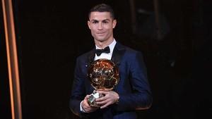 Cristiano Ronaldo recogió en París su quinto Balón de Oro