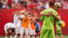 Dos jugadoras canadienses se abrazan, mientras Inglaterra celebra el pase a 'semis'