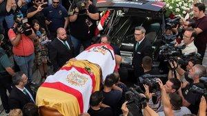 Familiares y amigos portando el feretro de Reyes