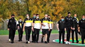 Fernando, el primero por la izquierda, dando la vuelta al circuito a pie el viernes