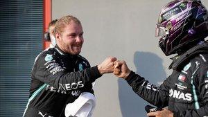 Hamilton y Bottas se saludan tras la qualy.