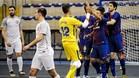 Los jugadores azulgranas se felicitan tras uno de sus seis goles