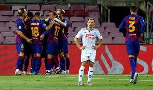 Los jugadores del FC Barcelona celebran el segundo gol de su equipo, marcado por Leo Messi, durante el partido de vuelta de octavos de final de Liga de Campeones que disputa ante el SSC Nápoles esta noche en el Camp Nou de Barcelona.