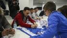 La plantilla del Espanyol cumplió con la tradicional jornada de firmas