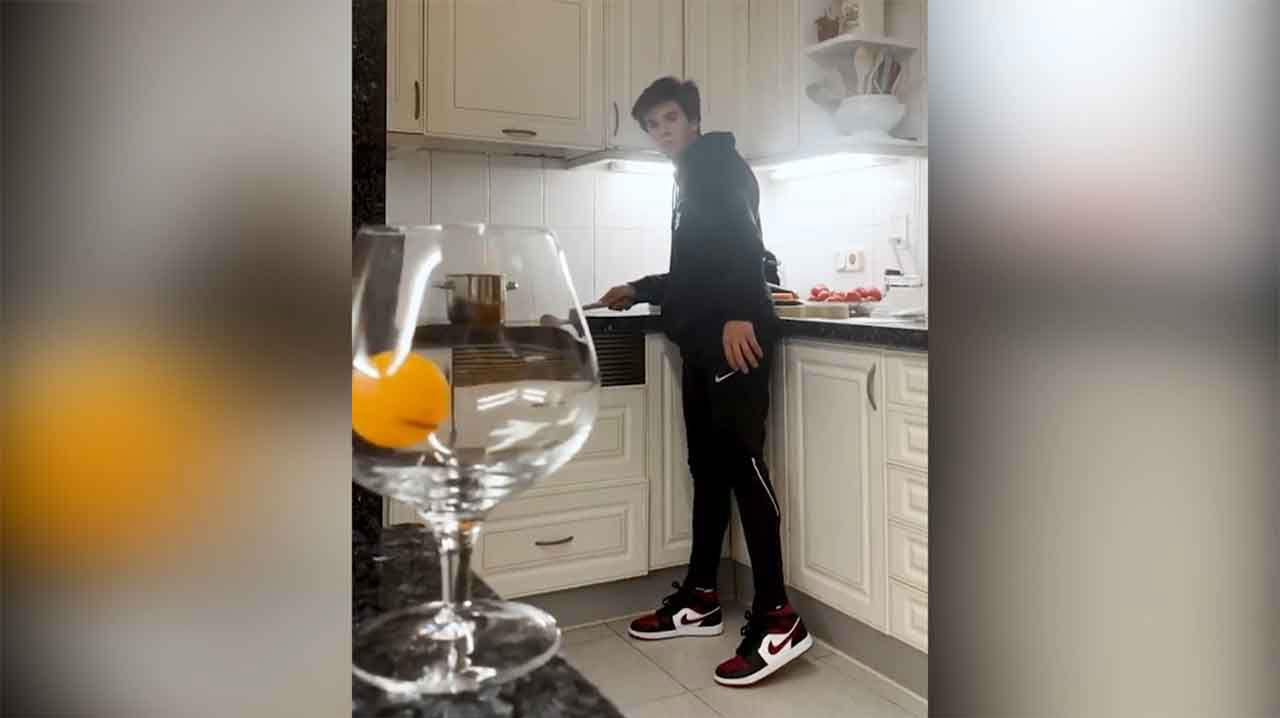 Riqui Puig dedica el confiamiento a perfilar su técnica de ping pong