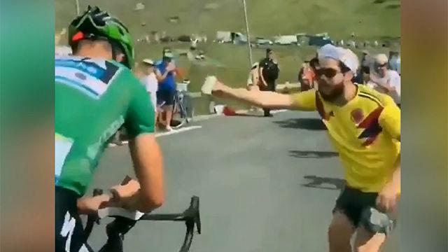 Show de Sagan en los pirineos: Firma autógrafos en plena ascensión