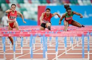 Teresa Errandonea de España, Sevval Ayaz de Turquía, Olimpia Barbosa de Portugal compite en la ronda clasificatoria femenina de 110m Hurdles en Dynamic New Athletics en el Dinamo Stadium en los Juegos Europeos Minsk 2019 en Minsk, Bielorrusia.