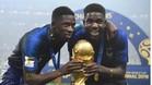 Umtiti y Dembélé junto a la Copa del Mundo