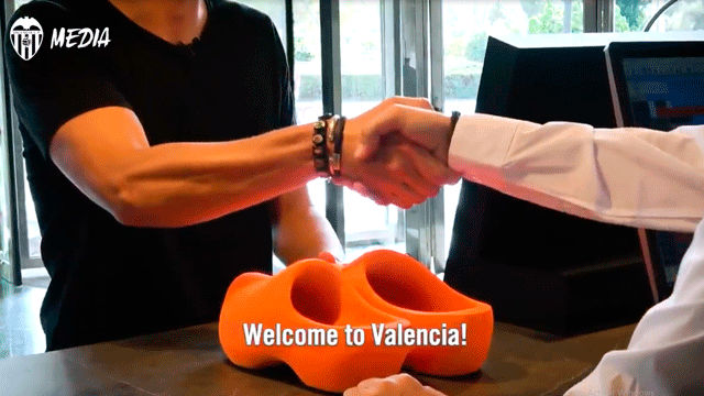 El Valencia cuelga un vídeo de Cillessen firmando con el conjunto de Marcelino