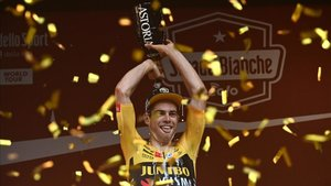 Wout van Aert celebra su triunfo en la Strade Bianche