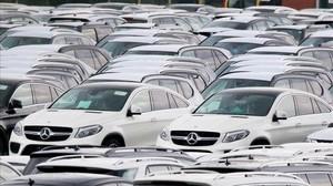 Coches Mercedes aparcados en el puerto de Bremerhaven, al norte de Alemania