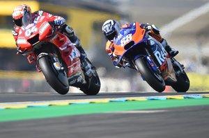 Andrea Dovizioso, compite por delante con el piloto Miguel Oliveira durante la primera sesión de práctica libre de MotoGP, antes del Gran Premio de Motociclismo de Francia, en Le Mans, en el noroeste de Francia.