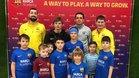 Arseny Arshavin, el rubio en primera fila, con sus compañeros de equipo, su padre y el director de la Barça Academy Moscú, Jordi Gratacós