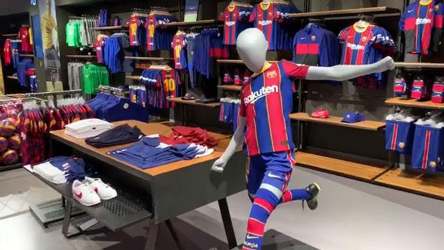 Así lucen las nuevas camisetas del FC Barcelona en la tienda oficial del club