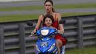 Belén y su hijo, con un scooter de Suzuki en Sepang