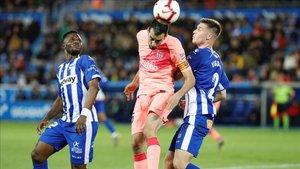 Busquets lucha por un balón ante Wakaso y Vigaray