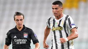 Caqueret, junto a Cristiano Ronaldo