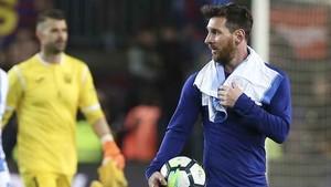 Como manda la tradición, Messi se fue del campo con el balón por el hat-trick contra el CD Leganés