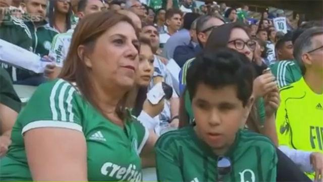 La conmovedora imagen de una madre narrando un partido a su hijo invidente