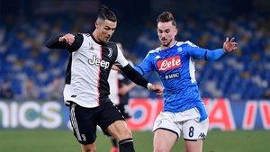 Cristiano Ronaldo y Fabián Ruiz disputan el balón durante un partido de las Serie A entre la Juventus y el Nápoles