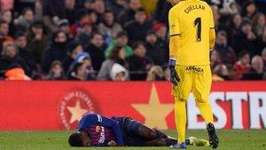 Dembélé, tendido en el suelo en el Camp Nou