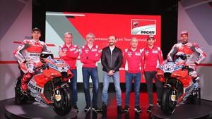 Domenicali, en el centro, durante la presentación del equipo Ducati 2018