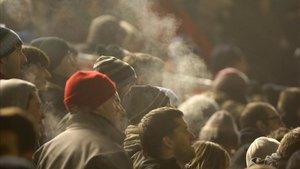 Galicia prohíbe fumar en la calle o en terrazas si no se mantiene la distancia social