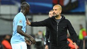 Guardiola dando instrucciones a Mendy