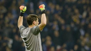 Iker Casillas celebra un gol de su equipo ante el Schalke