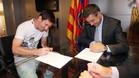 Leo Messi y Josep Maria Bartomeu, duranmte la firma de la renovación del argentino el 19 de mayo de 2014