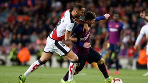 Leo Messi luchando por un balón en un partido de LaLiga contra el Rayo