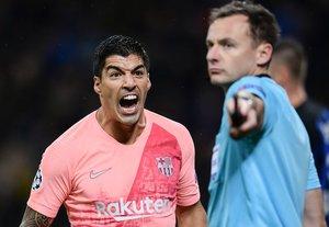 Luís Suárez (L) protesta por la decisión del árbitro durante el partido entre el FC Barcelona y el Inter de Milán de la UEFA Champions League grupo B