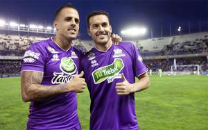 Pedro Rodríguez junto al jugador del C.D.Tenerife, Vitolo, durante el partido de fútbol benéfico Amigos de Vitolo en Tenerife