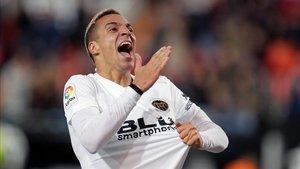 Rodrigo intentará marcar contra el Barça para celebrarlo de una forma especial