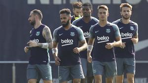 Sergi Samper (primero por la derecha) pudo entrenarse con sus compañeros en el arranque del Barça 2017/18