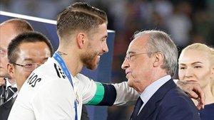 Sergio Ramos y Florentino Pérez se abrazan