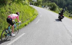 Steve Kruijswijk persiguiendo en el descenso del Agnelo