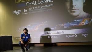 Fernando Alonso en Llarena (Asturias), durante la presentación del torneo de conducción virtual