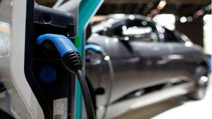 Un coche eléctrico en el Salón del Automóvl de París.