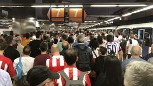 Un aficionado, apùñalado en el metro