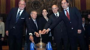 Albert Agustí, el Conde de Godó, Ada Colau, Josep Oliu y Albert Costa, con el trofeo