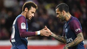 Dani Alves está seguro de dónde está el futuro de Neymar