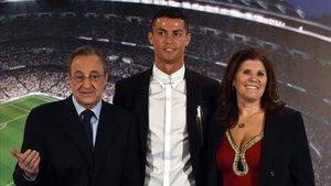 Dolores Aveiro junto a su hijo y Florentino Pérez
